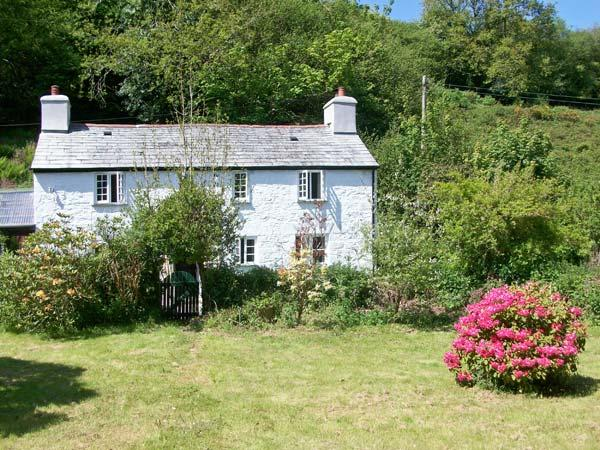 FOXGLOVES, near beaches, walks and Bodmin Moor, with off road parking and an enclosed garden, near Liskeard, Ref 18318 - Image 1 - Liskeard - rentals