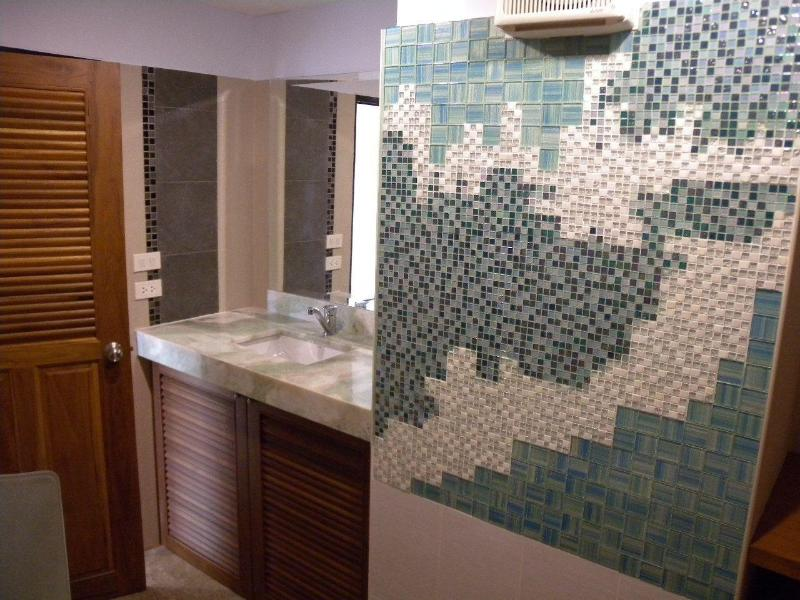 Artistically designed bathroom by Kamvadee Ideas Ltd. - Beautiful 2-bedrm aptm, renovated & close to river - Chiang Mai - rentals
