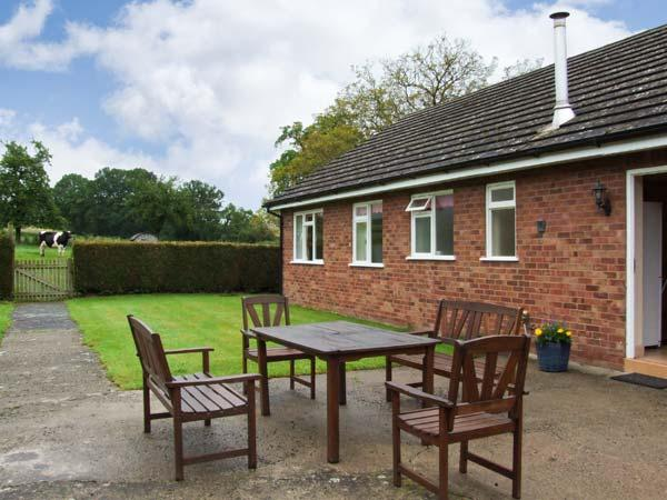 MEADOW LEA, single storey cottage, with off road parking, a garden, and beautiful views, in Orleton, Ref 15436 - Image 1 - Orleton - rentals