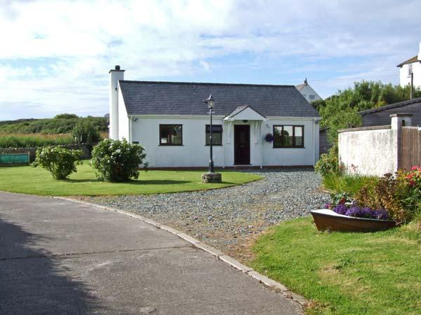 YSTRAD, single storey cottage, on the island of Anglesey, off road parking, with a garden, in Trearddur Bay, Ref 18601 - Image 1 - Trearddur Bay - rentals