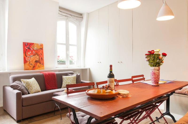 Stylish and Bright Central Paris Apartment - Image 1 - Paris - rentals