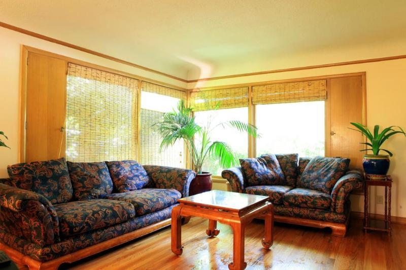 Living Room Area - Quiet Retreat Shaded Tree Home In SE Portland - Portland - rentals