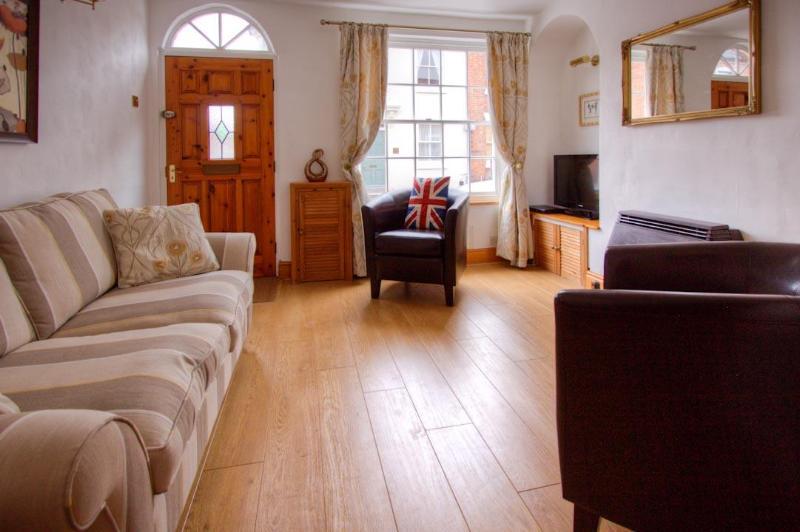 Living Room - 4 College Lane, Old Town, Stratford-Upon-Avon.  Beautifully renovated close to town. Free WI-Fi. - Stratford-upon-Avon - rentals