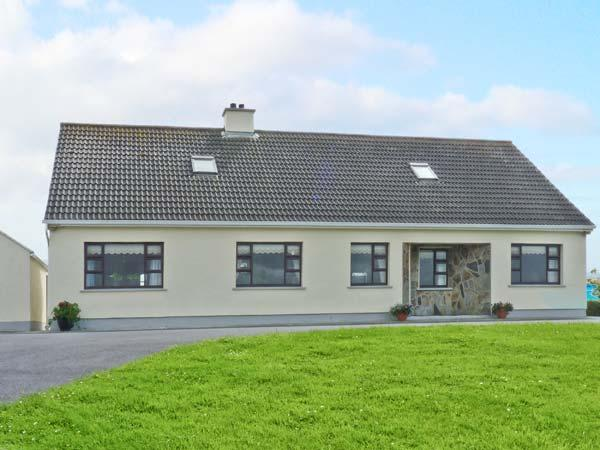 BEACH HOUSE, bungalow, with solid fuel range, shared gardens, close to beach, in Carna, Ref 19013 - Image 1 - Carna - rentals