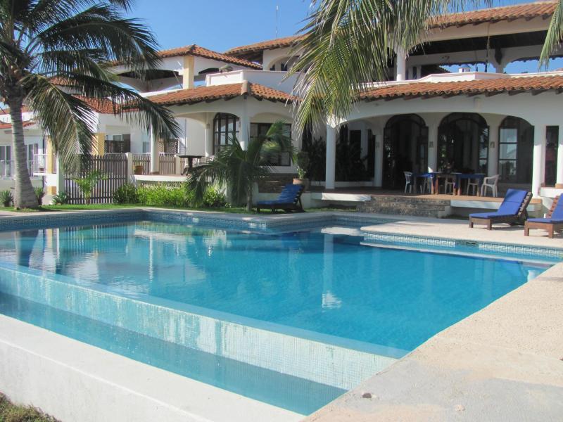 Pool and main house - Casa Junto Al Mar- Huge Infinity Pool - Puerto Escondido - rentals