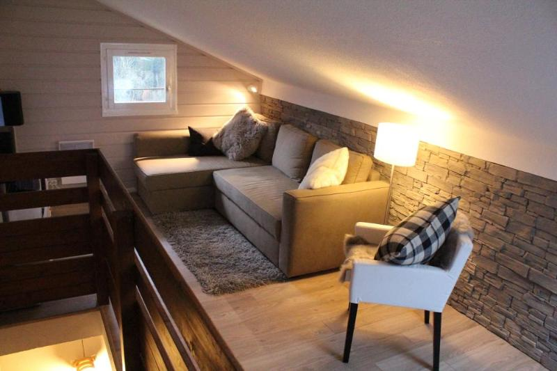 Cosy living room on upper floor - Centrally-located Chatel ski apartment, sleeps 4-6 - Chatel - rentals