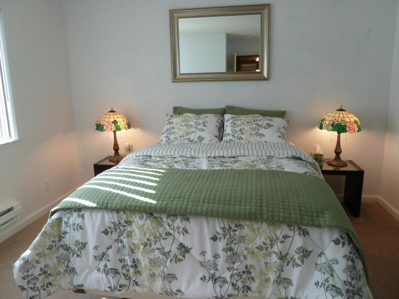 View of Master bedroom with plush Seally mattress and new soft linens - 840 sq ft Private Cozy 2br/2ba Condo in Fremont - Fremont - rentals