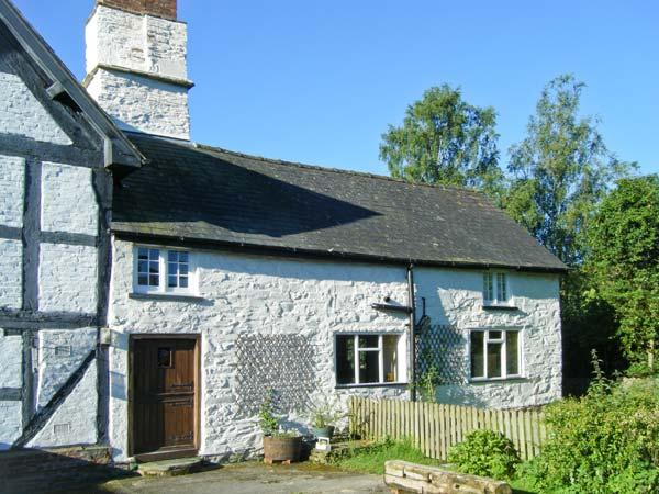 CHIMNEY COTTAGE, near walks and cycle paths, off road parking, lawned garden, in Presteigne, Ref 16849 - Image 1 - Presteigne - rentals