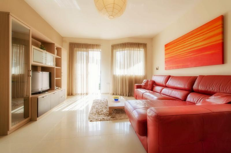 Open Plan Living Room with Large Leather Sofa - Luxury 2 bedroom holiday apartment in Qawra Malta - Qawra - rentals