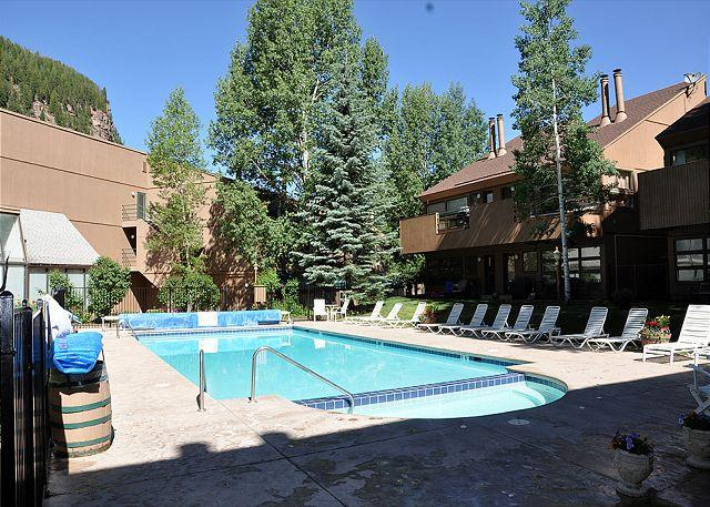Summer pool and year round Hot Tub - Convenient Condo in East Vail only 3.5 miles from Vail - Vail - rentals