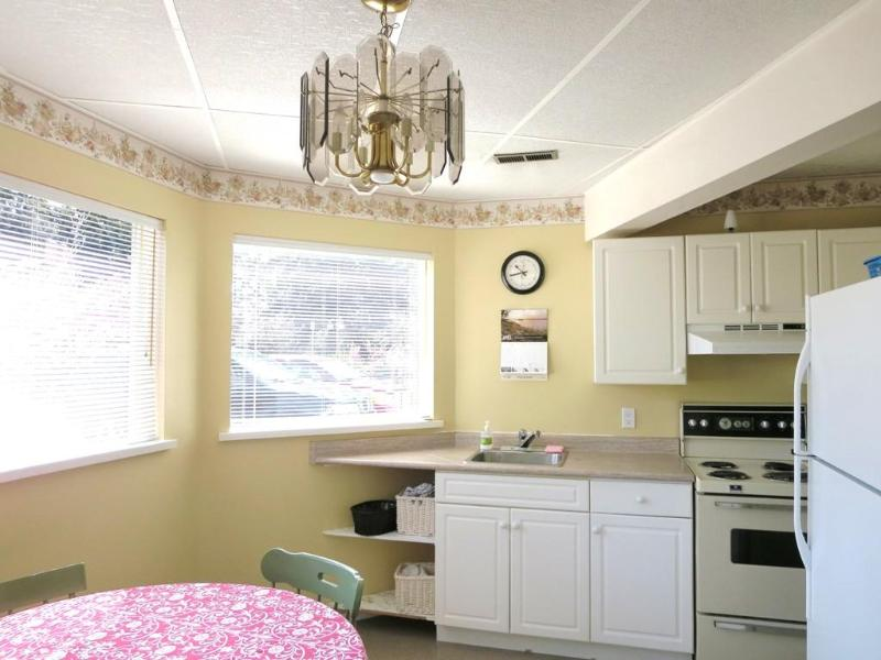 large well equipped kitchen - Parksville,   sleep 7 guests . accept small dogs - Parksville - rentals