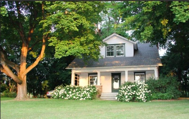 Unwind in this country home on a quiet lane with majestic trees - A Modern Country Classic - Near Rhinebeck and BARD - Clermont - rentals
