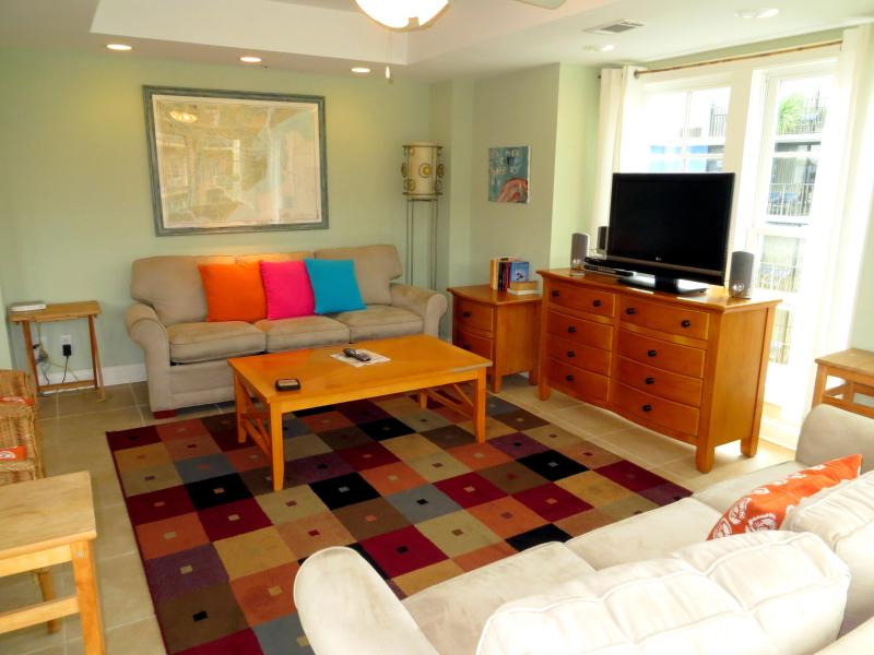 Livingroom w/queen sleeper - Pier Walk B - prices listed may not be accurate - Tybee Island - rentals