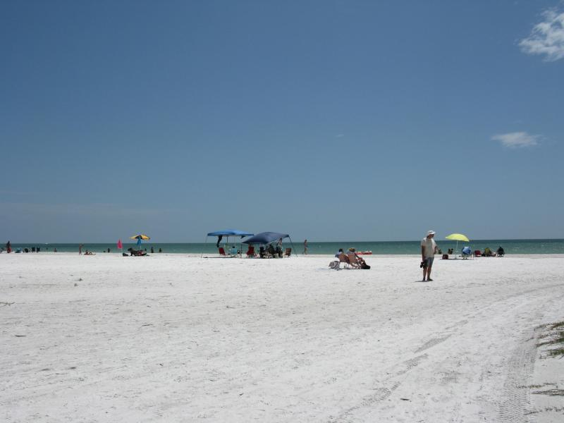 Miles of powder white sand Fort Myers Beach Bay Village 2 BR condo - Beautiful Bay Village Fort Myers Beach Florida - Fort Myers Beach - rentals