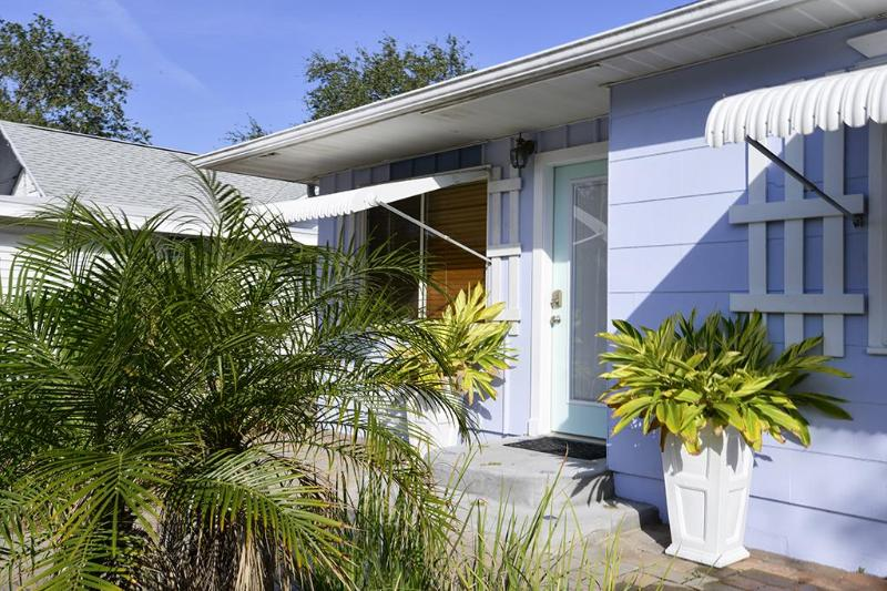 Dolphin House entry - Dolphin House at Gulfport's Pier - Gulfport - rentals