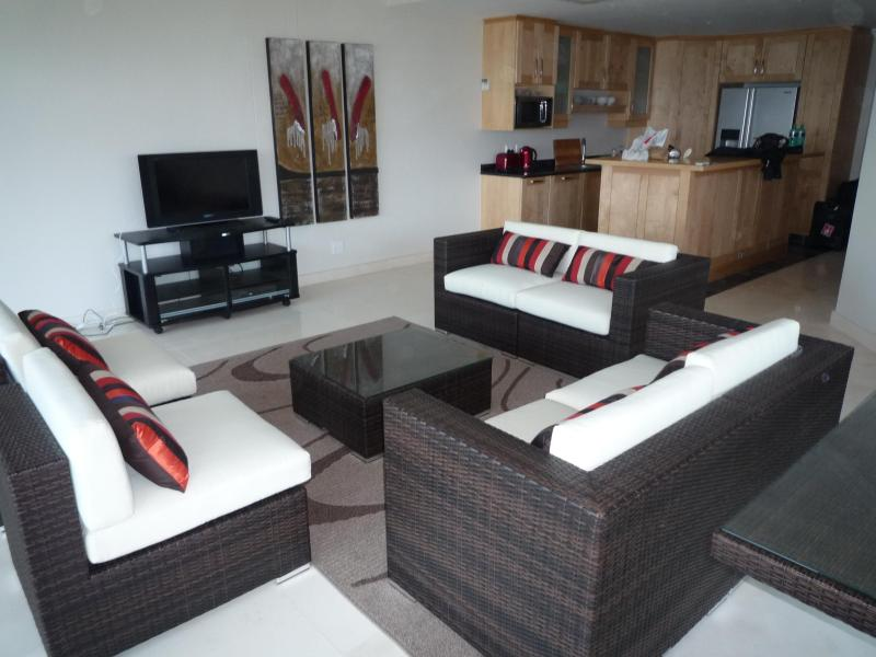 Living room & kitchen - Stylish beachfront apartment: MAY-NOV SPECIAL - Margate - rentals