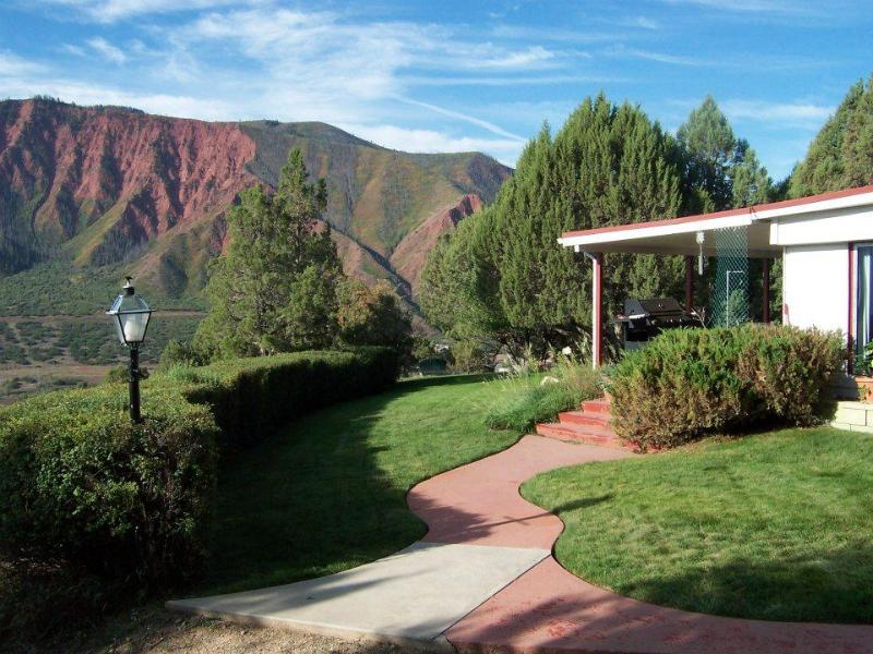Yard & Red Mountain - Henrie House At Sunny Acres - Glenwood Springs - rentals