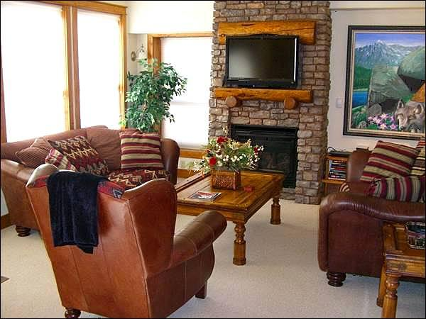 Gas Fireplace and Flat-Screen TV in the Living Room - Black Bear Condo with Upscale Decor - Mountain & Valley Views (1237) - Crested Butte - rentals