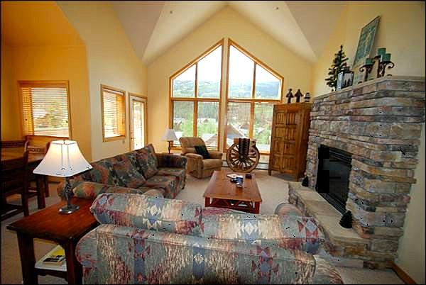 Living Room with Gorgeous Stone Fireplace - Perfect Vacation Property - Plenty of Space and Amenities (7030) - Keystone - rentals