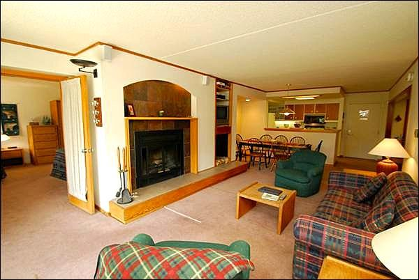 Spacious Living Room with Fireplace - Beautiful Forest Views - Conveniently Located (7042) - Keystone - rentals