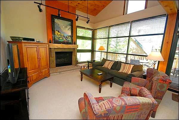 Large, Sunny Living Room - Beautiful Forest and River Views - Vaulted Ceilings Throughout (7077) - Keystone - rentals