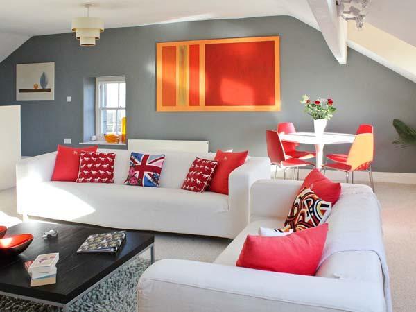 FLAT 3, coastal views, close amenities, own garden, Grange-over-Sands Ref 14911 - Image 1 - Cumbria - rentals