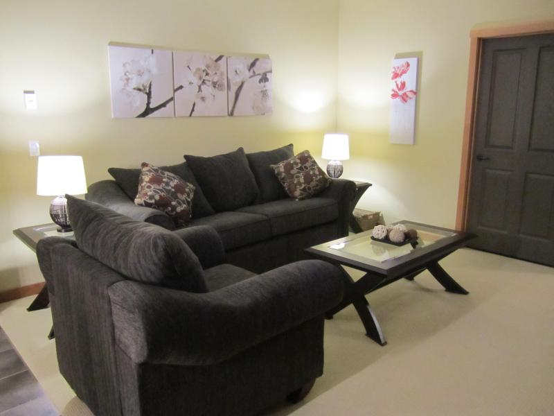 Living room with pull out sofa bed - !NEW! Mountain view, walk to Downtown, 3 hot tubs - Canmore - rentals