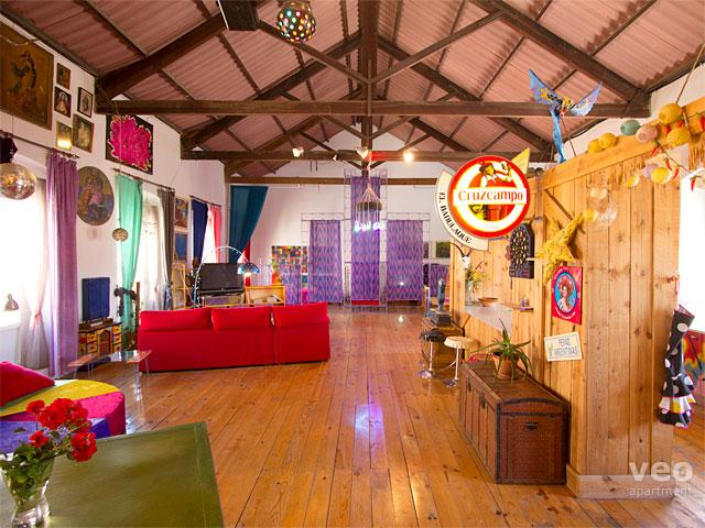 View from the entrance. The kitchen is to the right and sleeping area at the far end. - Santa Paula Loft for 8. Kaleidoscopic decoration - Seville - rentals