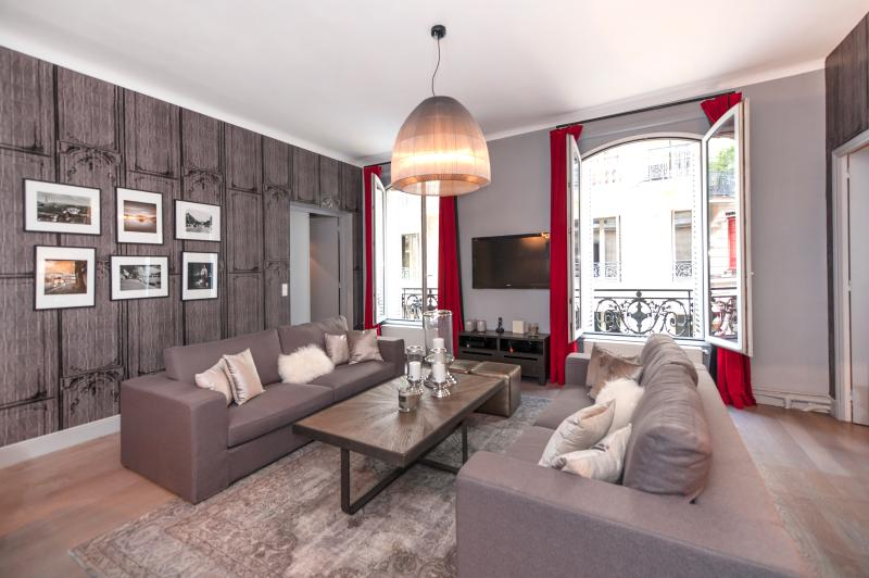 The Living Room - Chic 2 Bedroom in the 8th District of Paris - Paris - rentals
