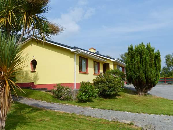 ROCK HOUSE family-friendly, close to beach, open fire in Glengarriff Ref 20422 - Image 1 - Glengarriff - rentals