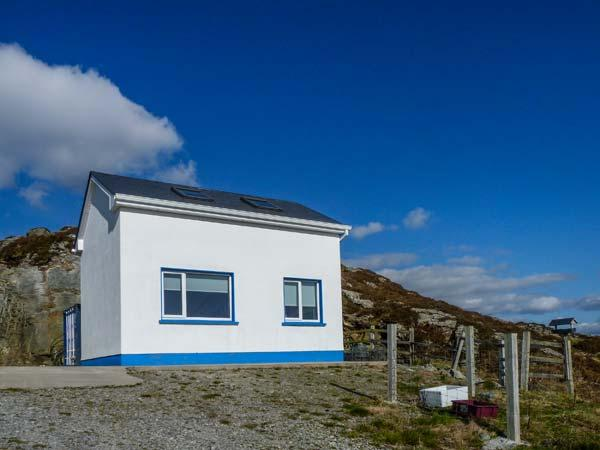 AN NEAD romantic retreat, sea views, close to beaches in Kilcar Ref 19947 - Image 1 - Kilcar - rentals