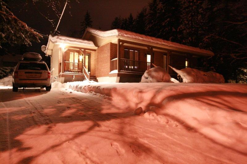 "Winter - Budget 3 bedroom POOL/BBQ / 42"" TV laptop & WiFi - Mont Tremblant - rentals"