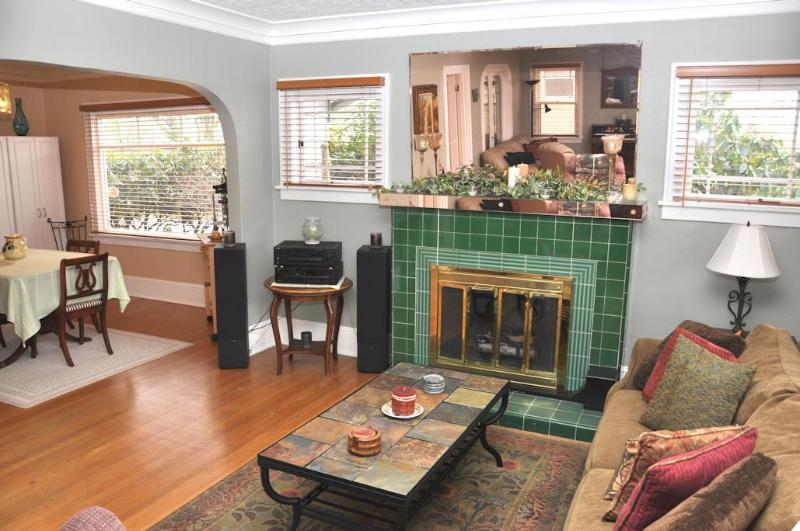 Feel the Warmth of the Wood-Burning Fireplace - P21 Charming Home, Wedding Guests, Gatherings - Portland - rentals