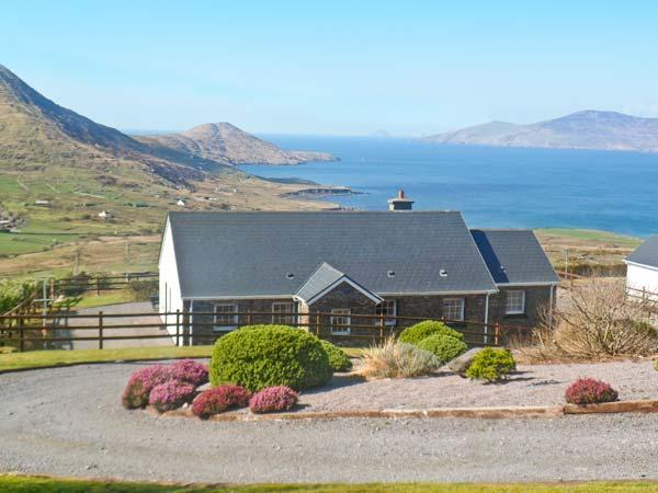 RADHARC NA MARA, detached property, solid fuel stove, front and rear gardens, ocean views, near Waterville, Ref 16858 - Image 1 - Waterville - rentals