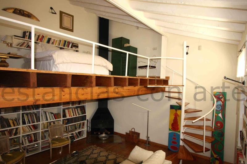 Living room with view of the upstairs bedroom level - Bohemian&Glamourous Penthouse-loft with terrace - Madrid - rentals
