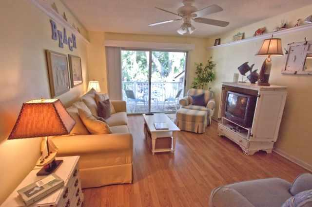 Beachy Living room (now with flat screen) - Book now 7 nt 2b2ba condo $940.80 all taxes & fees - Saint Simons Island - rentals