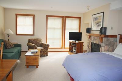 Living Area - Fireside Lodge Village Center - 223 - Sun Peaks - rentals