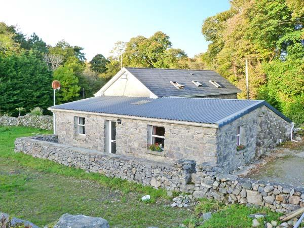 WALSH'S COTTAGE, off road parking, near Connemara National Park, in Oughterard, Ref 11557 - Image 1 - Oughterard - rentals