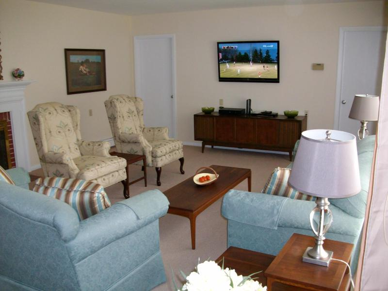 Living Room view with entrance to Kitchen and Dining Room. Large screen HDTV - Phillips Academy Area – Ideal for Families - Andover - rentals