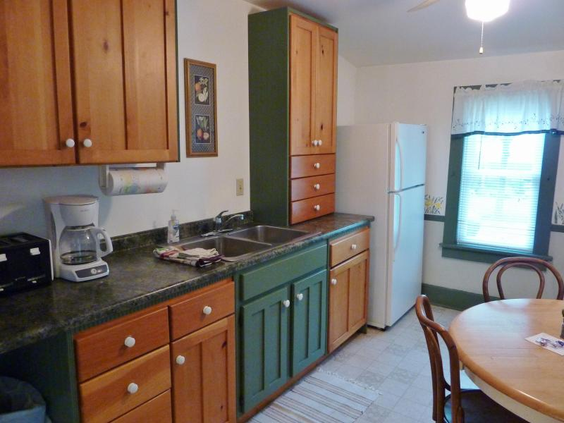 Full kitchen: cookware, dishes, utensils, grill tools, hand soap & dish soap provided. - 2 bedrooms, screen porch, walk to Lake Michigan - South Haven - rentals