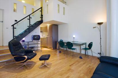 Living area with view of galleried sleeping area above - Superb St Paul's Studio in London - London - rentals