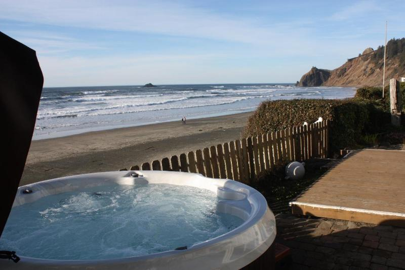 Hot tub - Shoreline Chateau -Oceanfront w/ Hot Tub - Lincoln City - rentals