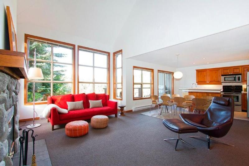 Living room, dinning room, kitchen, wide open floor plan - Modern Classic Blackcomb Greens - Whistler - rentals