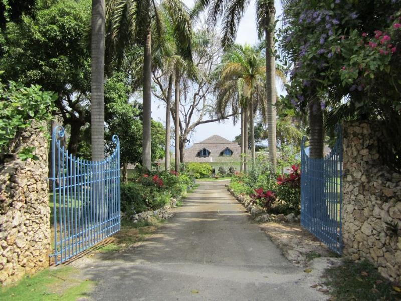 PARADISE PLT - 97423 - WELL PRESENTED 5 BED VILLA | POOL & OCEANVIEW - OCHO RIOS - Image 1 - Ocho Rios - rentals