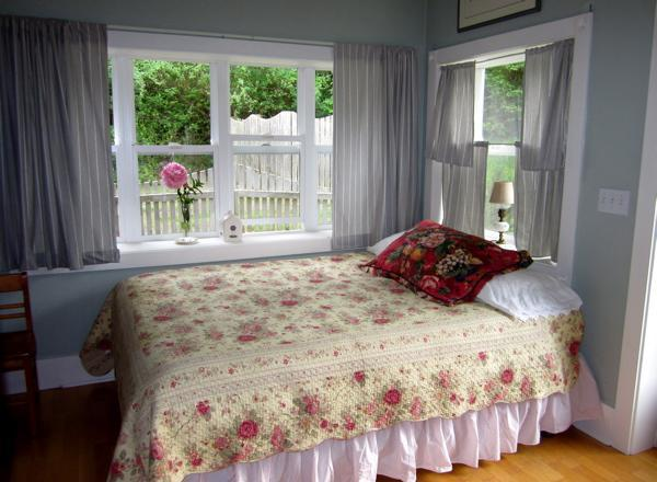 One bedroom with Queen Sized Temperpedic Bed - The Rose Cottage on Orcas Horse Farm - Deer Harbor - rentals