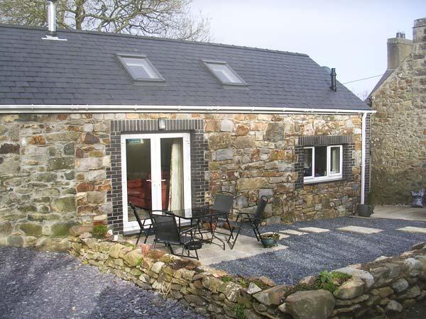 TREFAES NEWYDD, pet-friendly character cottage, pasture, woodburner, ideal for coast, Sarn Ref 14905 - Image 1 - Sarn Meyllteyrn - rentals