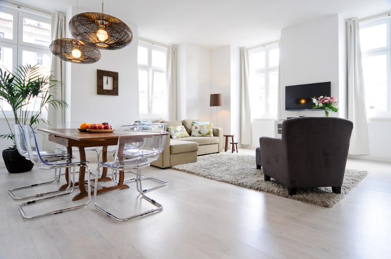 Kitchen opens to naturally lit dining and living room, with 4 large new windows letting in sunlight - Comfort class & convenience: Historic Centre (CS2) - Lisbon - rentals