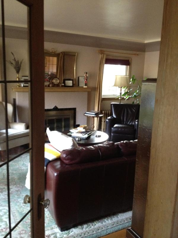 living room entry - Immaculate, Peaceful, Centrally Located Convenient - Victoria - rentals