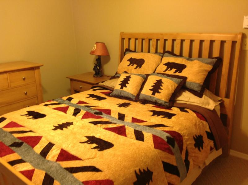 Queen Size Bedroom - Gorgeous Bear Theme Home, Next to Ski Resort - Shawnee on Delaware - rentals