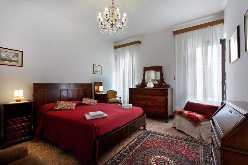 1st spacious double bedroom - Holiday Apartment in venice centre, Ca' Visconti near Rialto San Marco, Ca' D'Oro and Campo Santi Apostoli - Venice - rentals